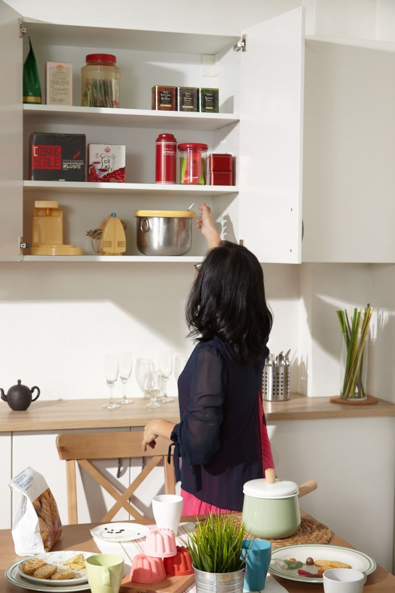 做出合宜的機能分配,上方的壁櫃主要用來收納較不常拿取的物品。攝影_黃暉中