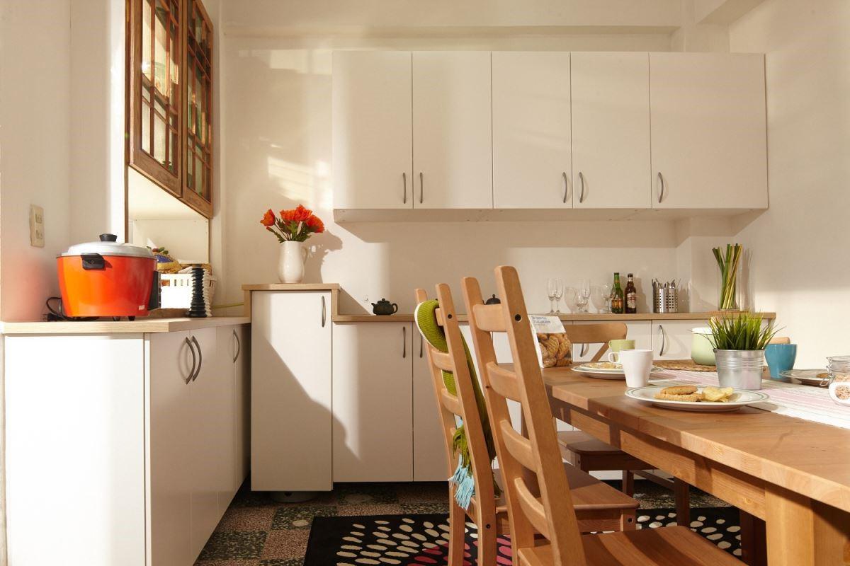 選擇符合全家人使用的櫃子,將空間變得更加整齊,使用淺色系木質與白色櫃子做基底,提升整間餐廳的自然舒適與明亮感。攝影_黃暉中