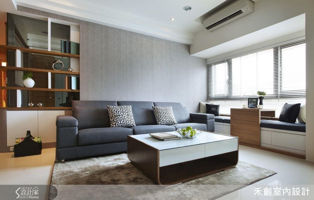 只是把客廳沙發背牆延伸 141 公分,就能多隔出 1 間半透明書房給老爸專用。
