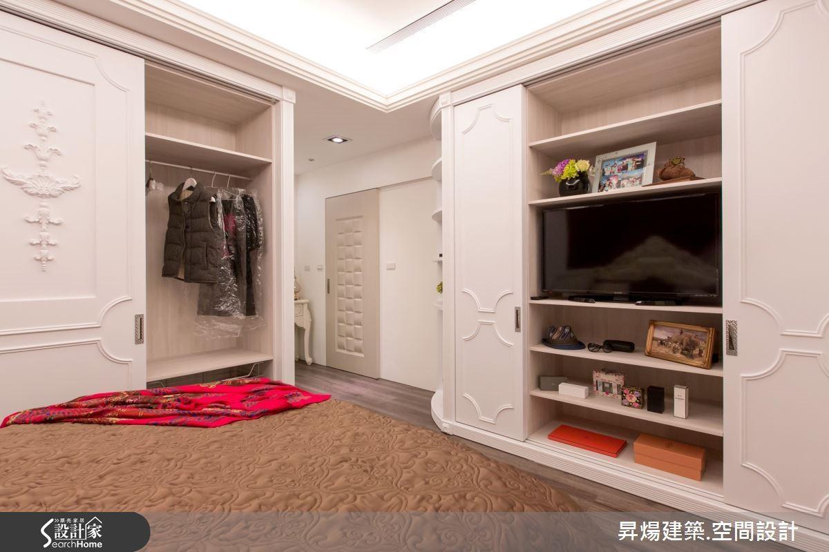 主臥床頭牆以搶眼的紅色天鵝絨繃布打造視覺焦點,營造華美感,衣櫥門片點綴雕花線板,讓古典風情在小細節也獲得詮釋。