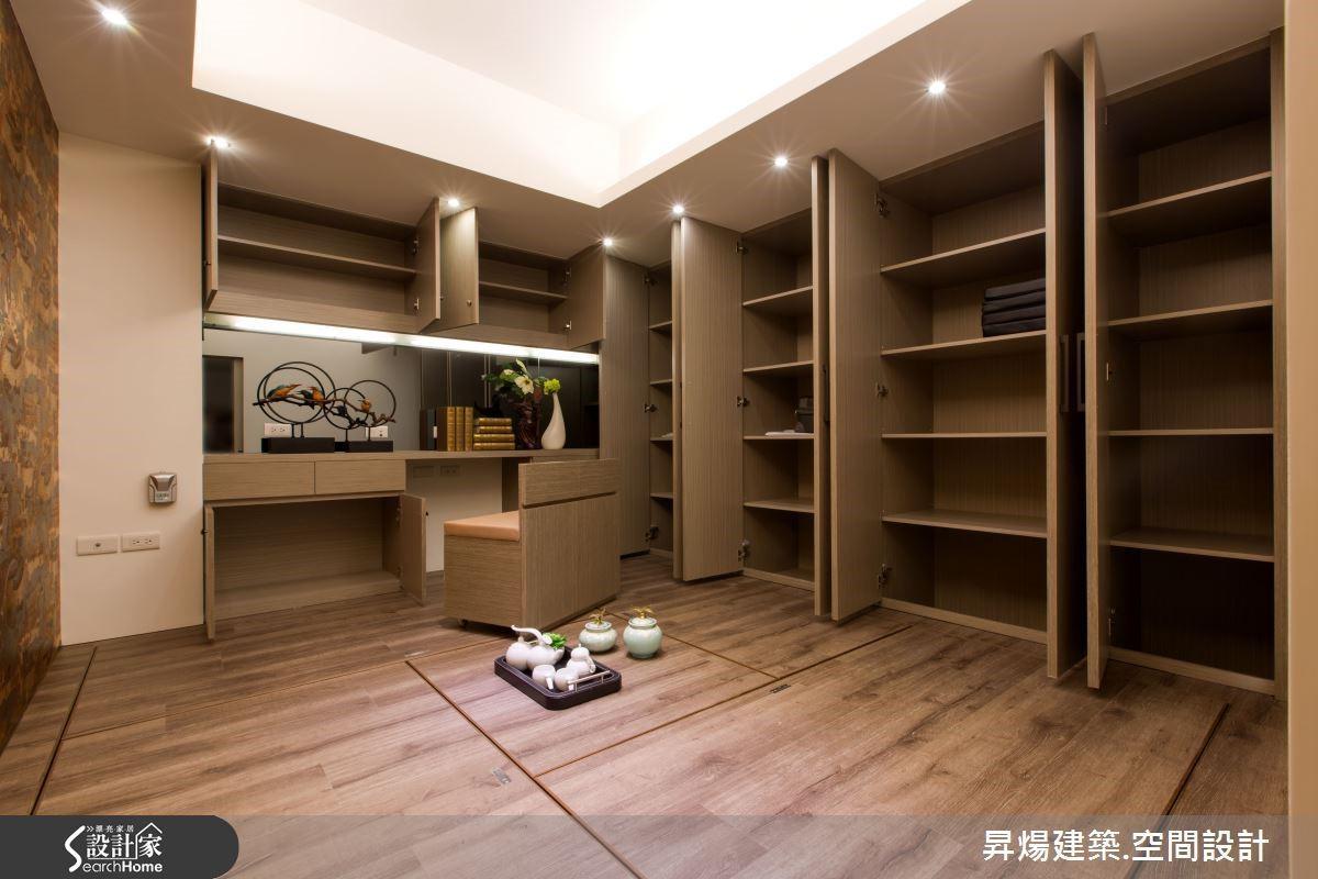 具有禪意的書房兼多功能室,收納櫃體呈現空間極大化。