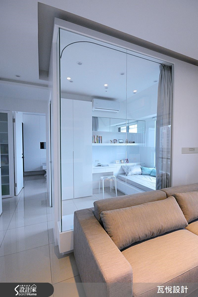 小坪數空間透過清玻璃與鏡面的設計,呈現寬敞通透。