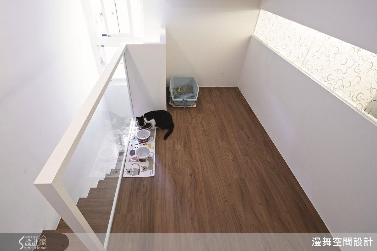 例如:本案是夾層空間,上方的夾層受限於高度,對人來說可能稍嫌低矮,但是對毛小孩而言則是最適合的尺度了!林育如設計師建議,若家中有這類較矮、較狹窄的畸零空間,就可以考慮設計為寵物的專屬角落喔!