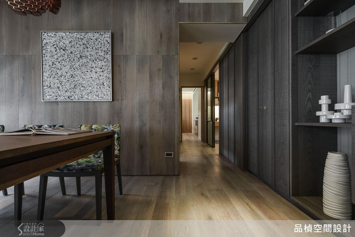 由平直地坪鋪上碳化橡木延伸整體空間攀附牆面而上,蔓延出寬敞感受,使視覺與行動都達到了平緩沉穩與安全自得舒適感。