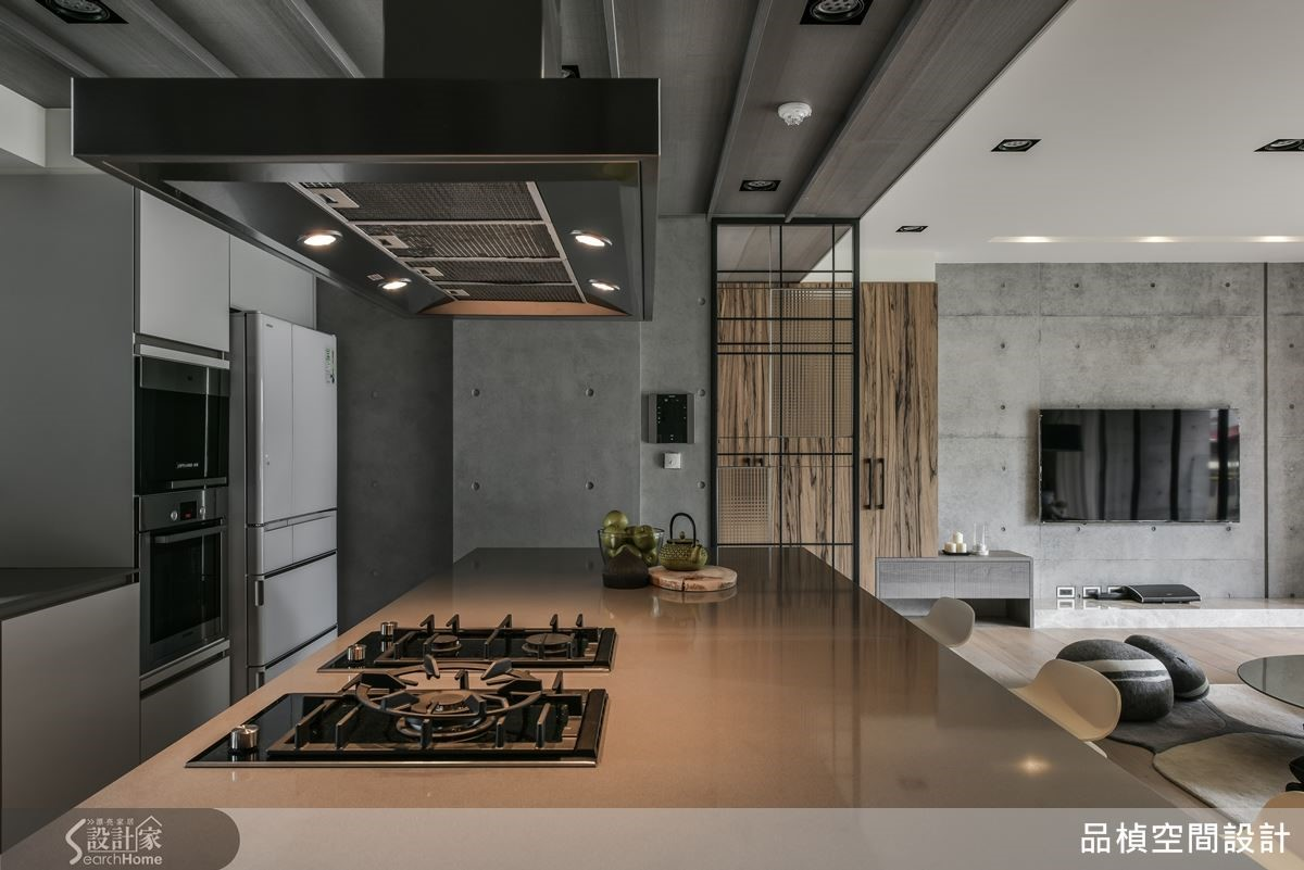 仿水泥推拉門藏匿機電箱呼應空間材質,營造出一股質樸氛圍。