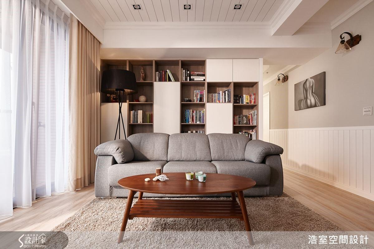 沙發背牆的設計經過幾番研議,最後決定以虛實交錯的方塊書牆聚焦視覺亮點,為空間帶來濃厚的人文氣息。