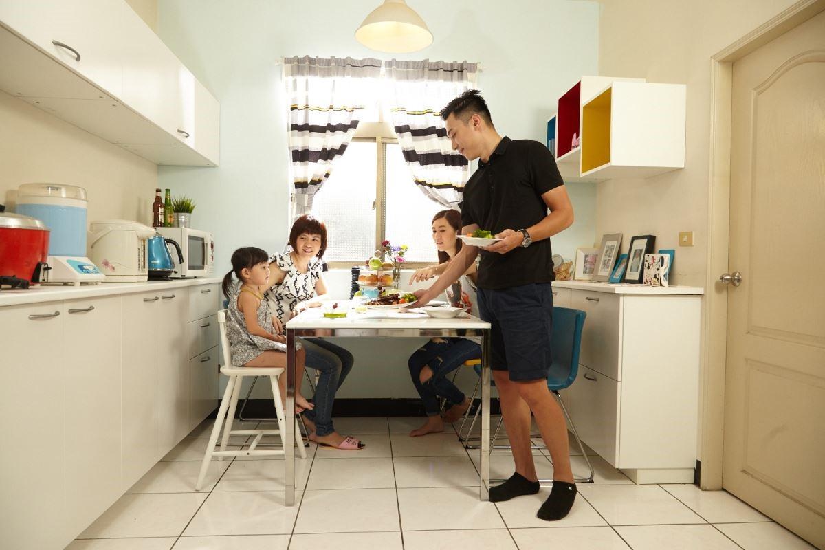 合宜規劃出大人與小朋友的空間,看到全家人的和樂模樣,就是最棒的生活調味料。攝影_黃暉中