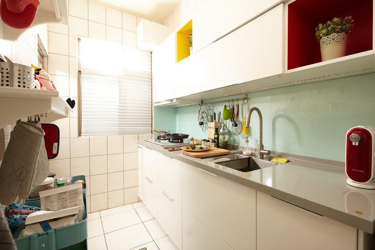 系統櫥櫃可隨心所欲地配置尺寸,量好抽油煙機的高度再配合櫥櫃,不浪費任何可以收納的空間。攝影_黃暉中