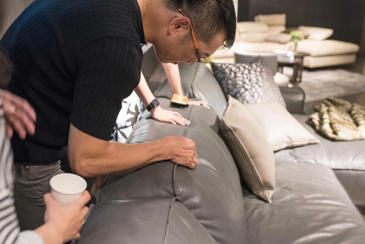 現場貴賓仔細欣賞夏圖新品沙發 PUSIANO 的細節與工藝手感。