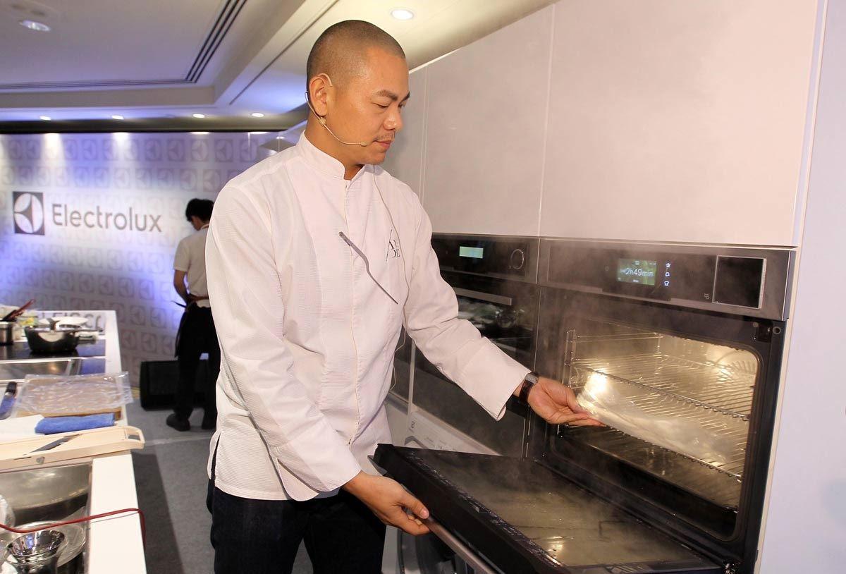 江振誠主廚使用 Sous-Vide 蒸烤箱,以法式低溫烹調手法,完整保留食材精華。