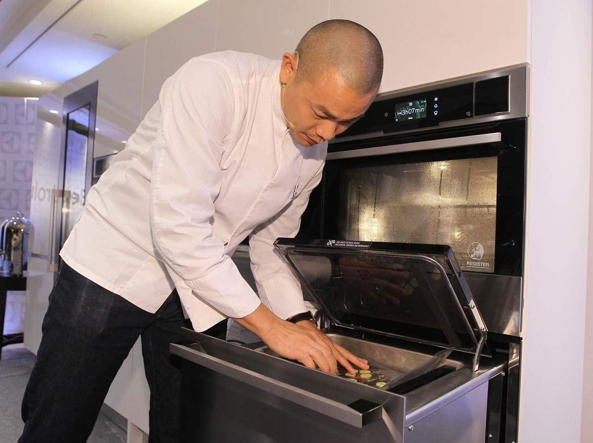 江振誠主廚使用真空包裝機,將小黃瓜的多餘氣泡去除,阻絕食材氧化鎖住原味。(伊萊克斯台灣櫻花總代理提供)