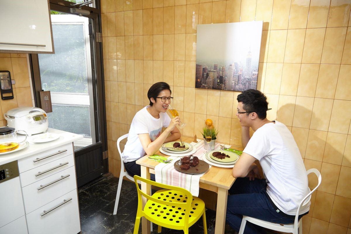 樺木餐桌讓空間回歸到質樸自然的風格,大小適中,放在廚房空間也不顯侷促,使生活動線變得流暢。攝影_黃暉中