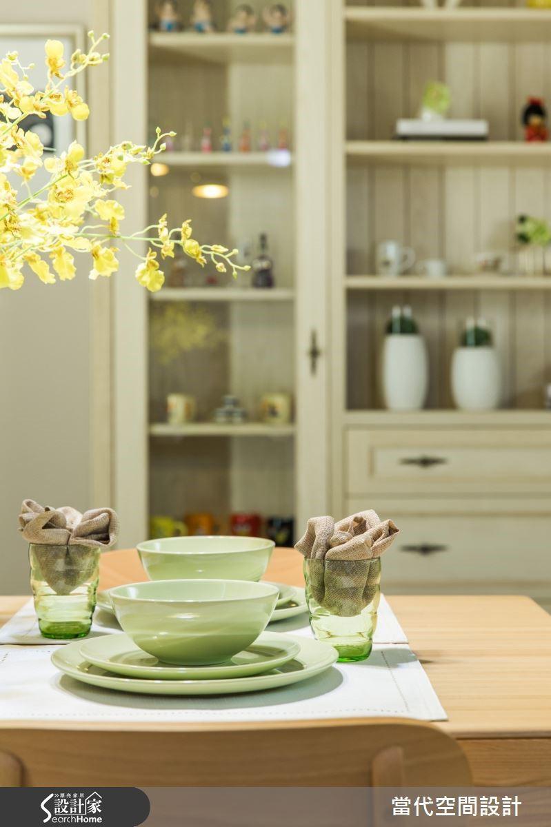餐桌區域規劃餐邊櫃及吊櫃,及腰的高度放置電器在使用上符合人體工學。屋主收藏的裝置品,利用木工訂製的展示櫃,讓東西都有所歸宿。