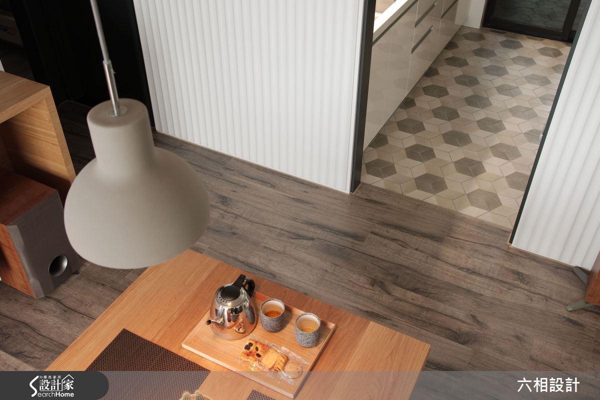 廚房地板採用帶有復古質感的幾何拼貼造型地磚,與外部的超耐磨木地板形成既具差異轉化又能共享氛圍的美感對話。