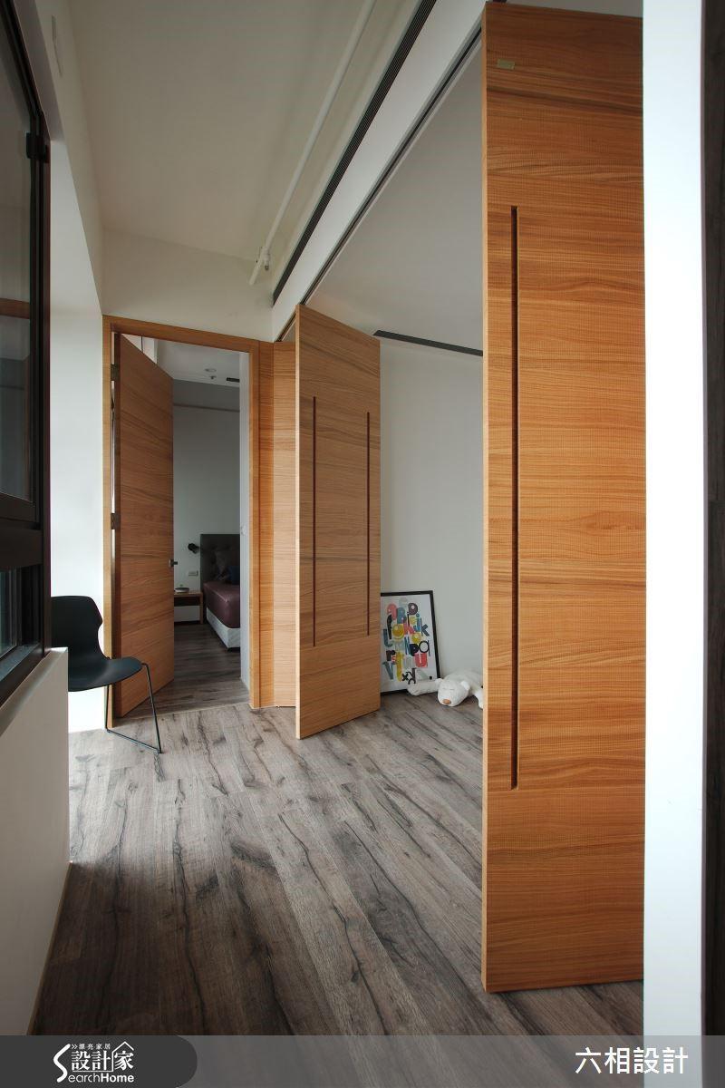 餐廳後方的空間依照屋主的需求,規劃為一間可兼作書房與客房的多功能室,並且採用推拉式門片,讓空間使用彈性更加靈活多元。