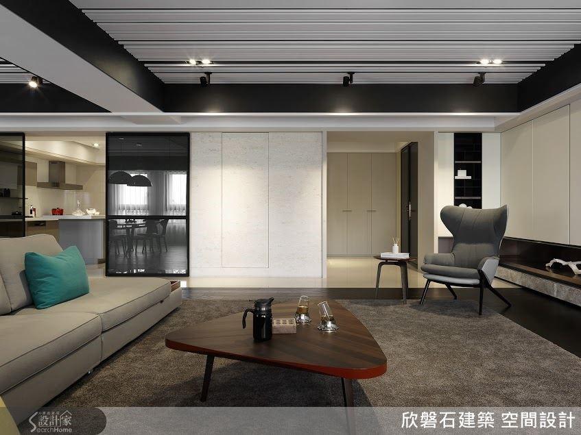 公共區的立面,除了圖左廚房的暗色玻璃拉門,就是米色的鑿面石牆與純白色的木作櫃牆。整體用色很精簡,質感卻豐富,從極光滑、細膩轉換到很粗獷的糙面。