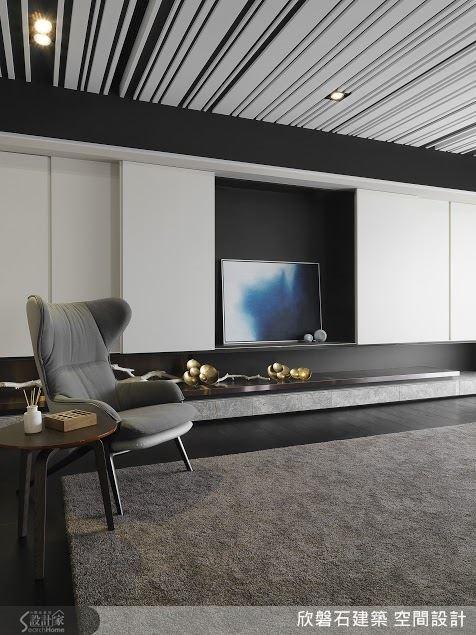 因應屋主夫妻不看電視的習慣,將他們為親友準備的電視藏入櫃牆裡頭。