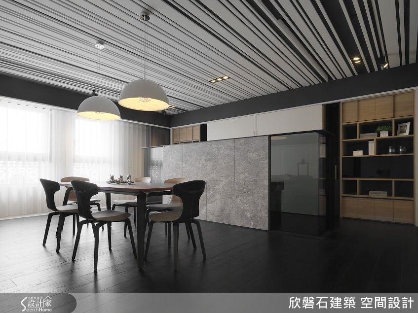 開放式餐廳的後方是半開放式書房,僅以一道ㄇ字形屏風來界定空間。