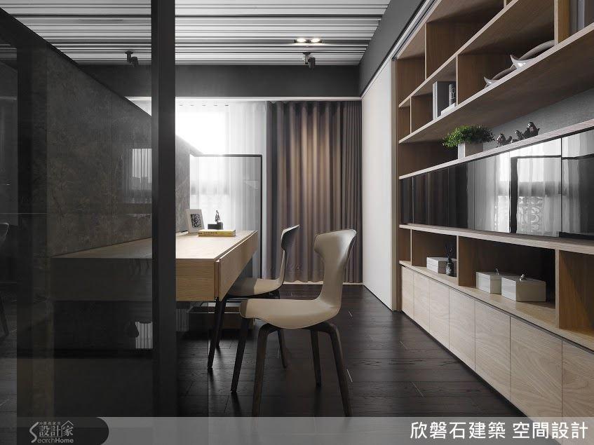 書桌後方為整牆櫃架,轉個身,隨手就可取得藏書與各種辦公用具。
