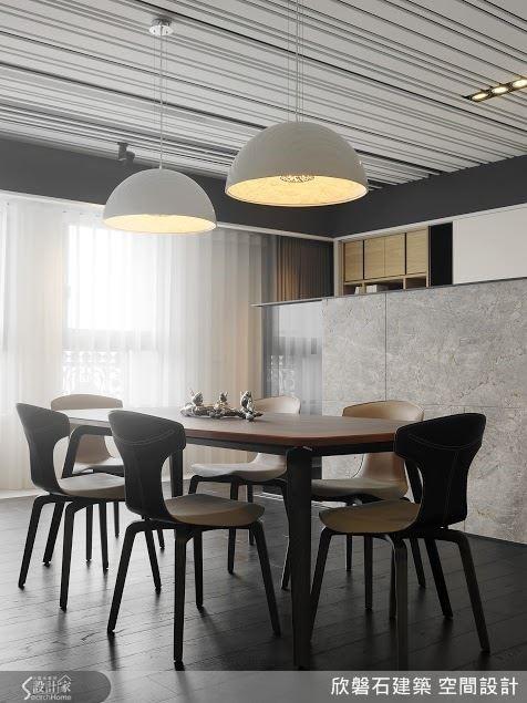 將餐廳拉到靠窗處,除可享有充沛採光,也能與客廳融合為招待親友的社交空間。