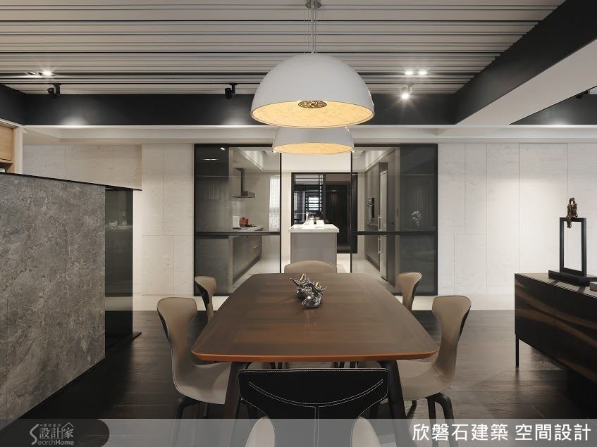 餐桌與廚房中島位於同一條軸線,這樣的佈局除可讓整體空間顯得井然有序,出餐或撤盤的動線也會更順暢。
