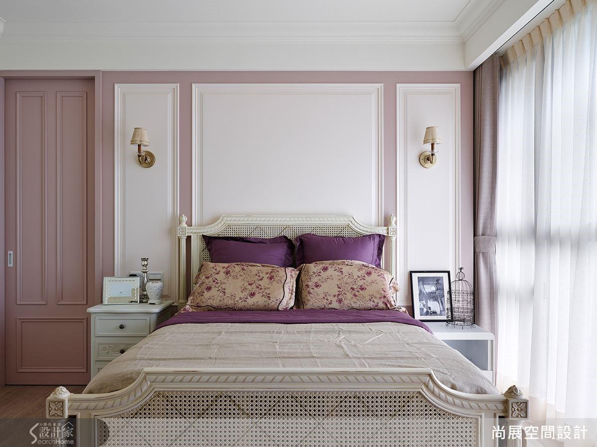 主臥室內採用女主人最愛的莓紫色系為主題色調,為空間帶來溫柔的氛圍。