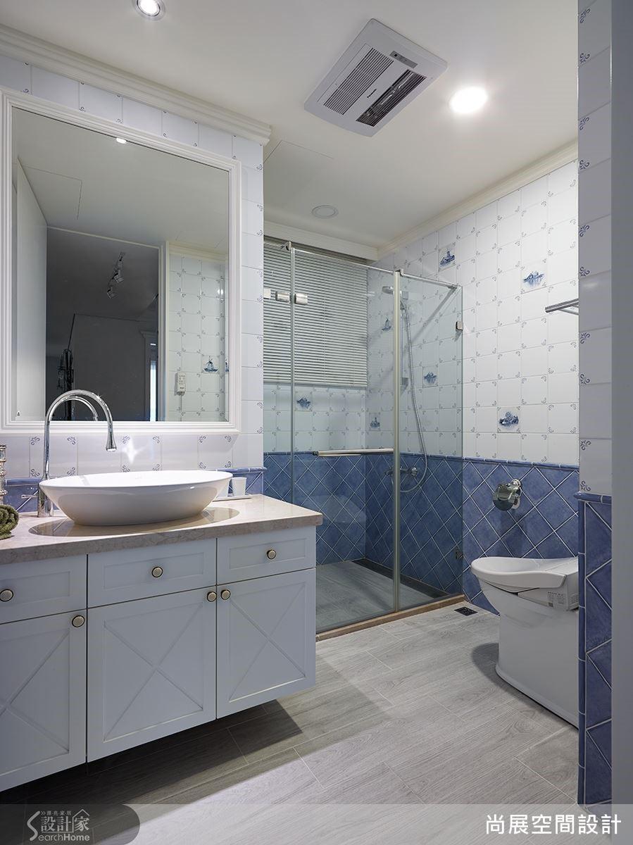 客浴則是以灰藍色方磚拼貼出鄉村氣息,讓衛浴空間更具療癒特質。