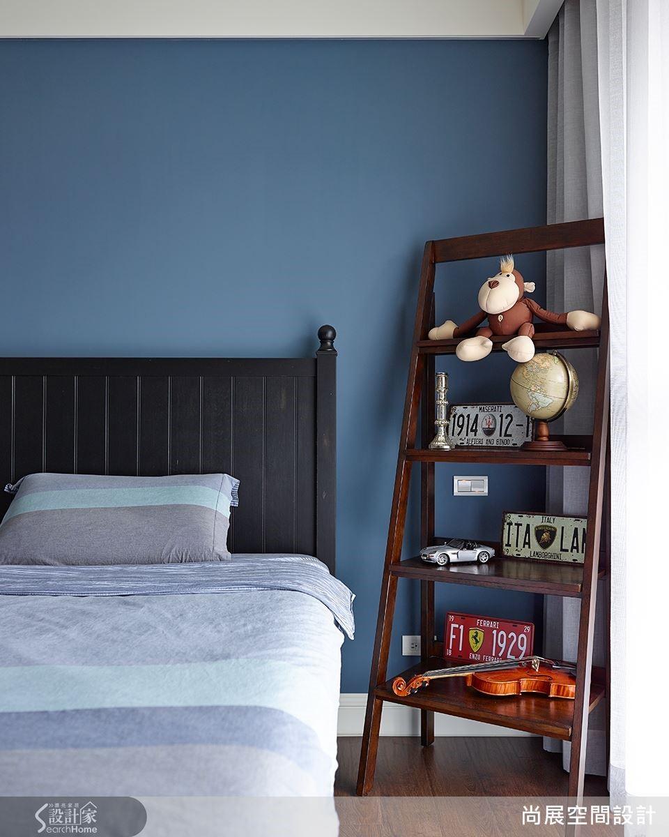 屋主兒子的房間採用深藍色為主題,展現深邃而飽滿的色彩張力。