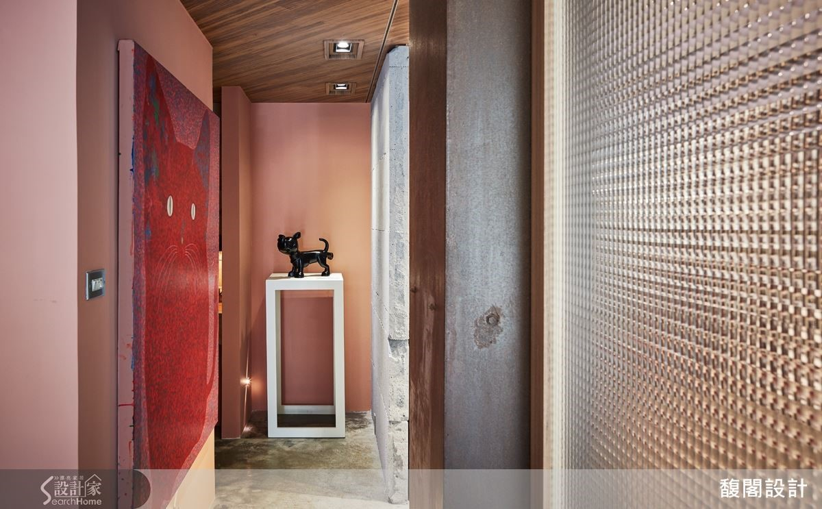 將藝術家黃柏仁的同一件小狗雕塑《不爽》,置於辦公室廁所前,透過空間聯想,讓人莞爾。