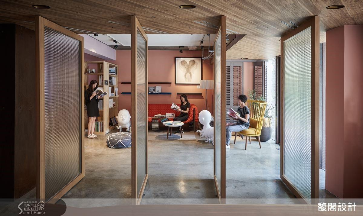 高掛在辦公室主牆上,畫家林雅涵水墨畫《心絲缱I》,具凝聚視覺焦點的作用,放在臥房牆上,又能呼應柔和的寢居氛圍。