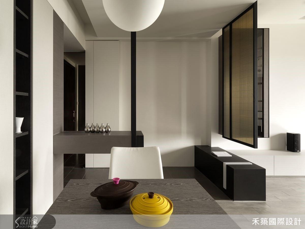 中性色調及冷暖交織的材質選擇,搭配鮮豔的家飾佈置,讓整個家既內斂又有型。