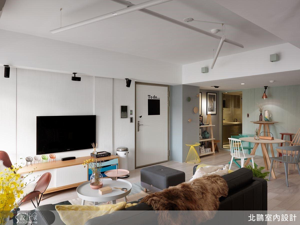 刷飾灰藍、薄荷綠的牆面,除了搭配原木、彩色等較為年輕的北歐家具,設計師更加入幾件經典款家具,讓空間多一點成熟的大人味。