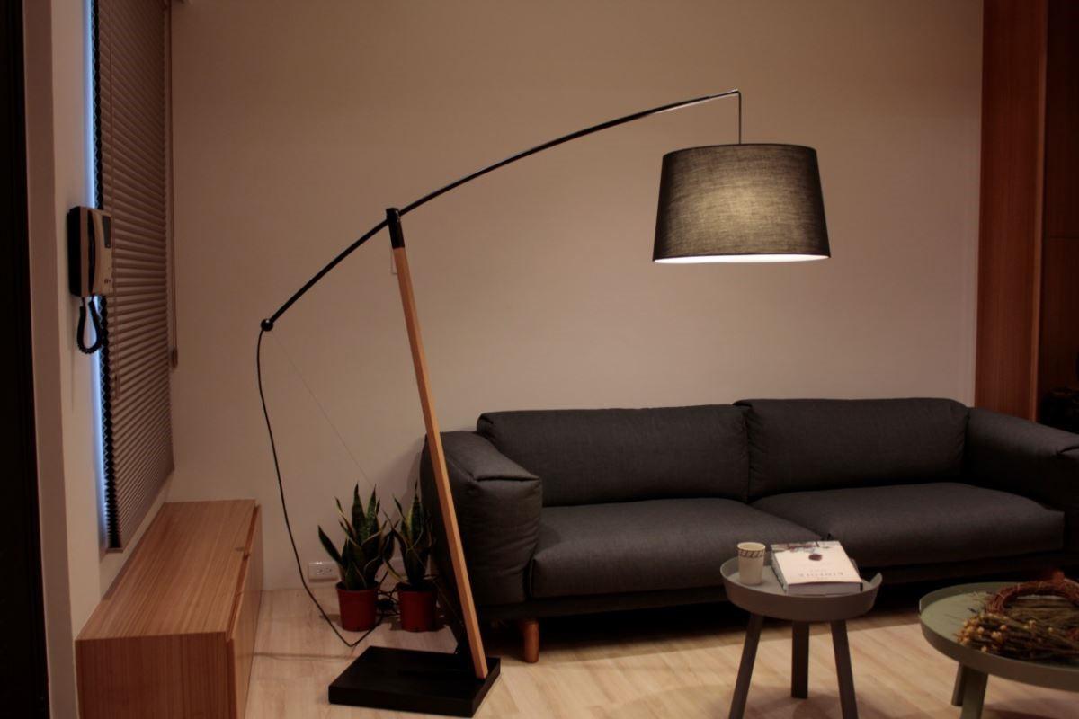 馥閣設計為呼應電視牆俐落的線條,在客廳一隅擺放喜的燈飾客廳弓燈,用燈光的語彙,為家譜出一首完整的交響樂曲。