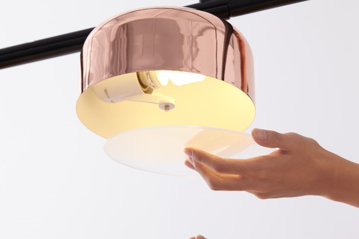 喜的燈飾具有金屬質感的餐廳主燈,擁有個性,也像一件藝術品,底部遮光罩柔和了光線,當使用者依照需求轉動燈桿角度,餐廳主燈就像調色盤般,為整體空間挹注更多色彩。不僅替使用者創造實用兼視覺雙感受的結合,更為空間展現最自然的互動性。圖片提供_馥閣設計、喜的燈飾