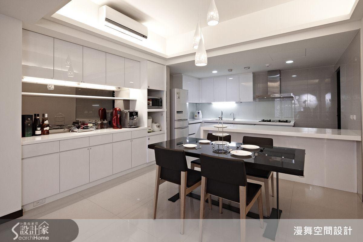 以吧檯取代廚房隔間實牆,能讓空間感變開闊,最棒的是增加了廚房的工作檯面,滿滿的食材不再擔心沒地方放啦!