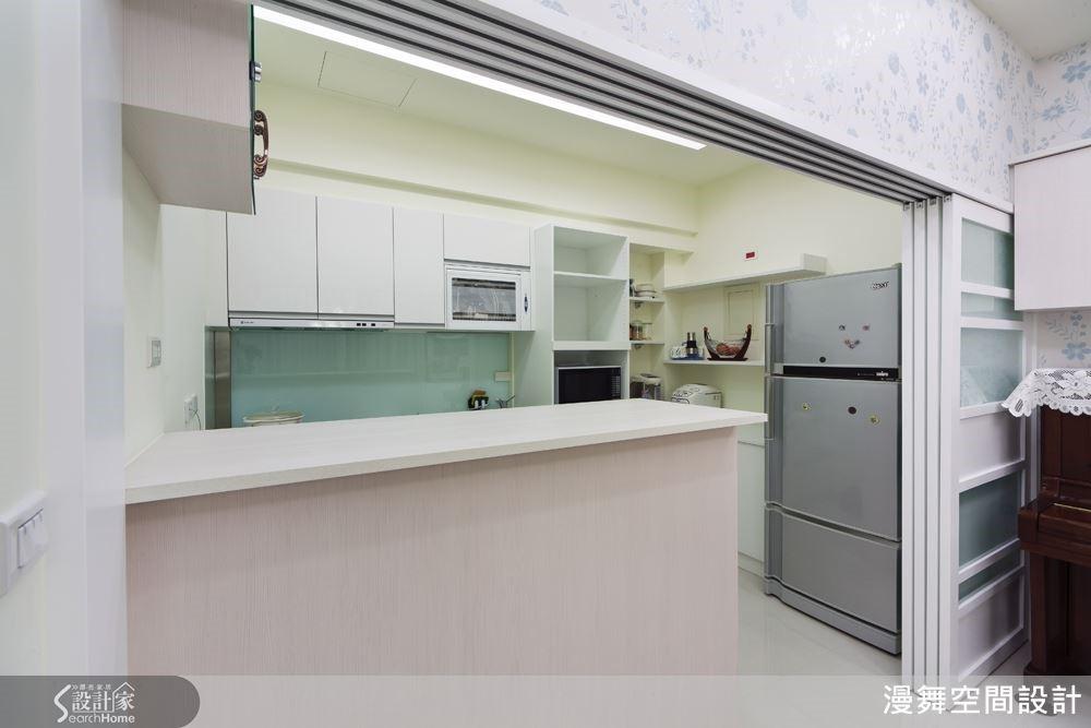 而拉門的材質也建議可以採用可透光的玻璃,才不會讓廚房顯得暗暗的唷~