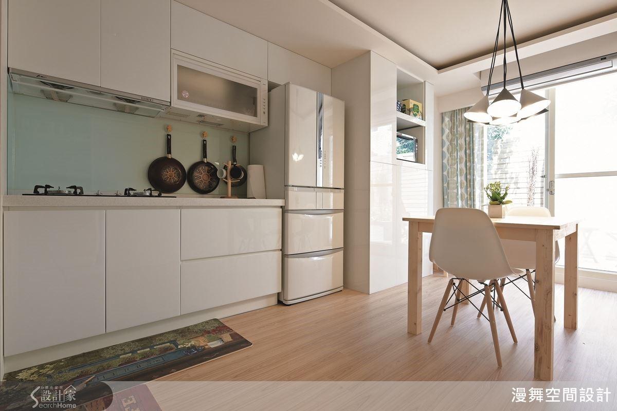 有小陽台的廚房最幸福了!溫暖陽光照耀著乾淨清爽的廚房,乾脆也把餐桌擺在這兒,以陽光與微風佐配美味的餐食吧!