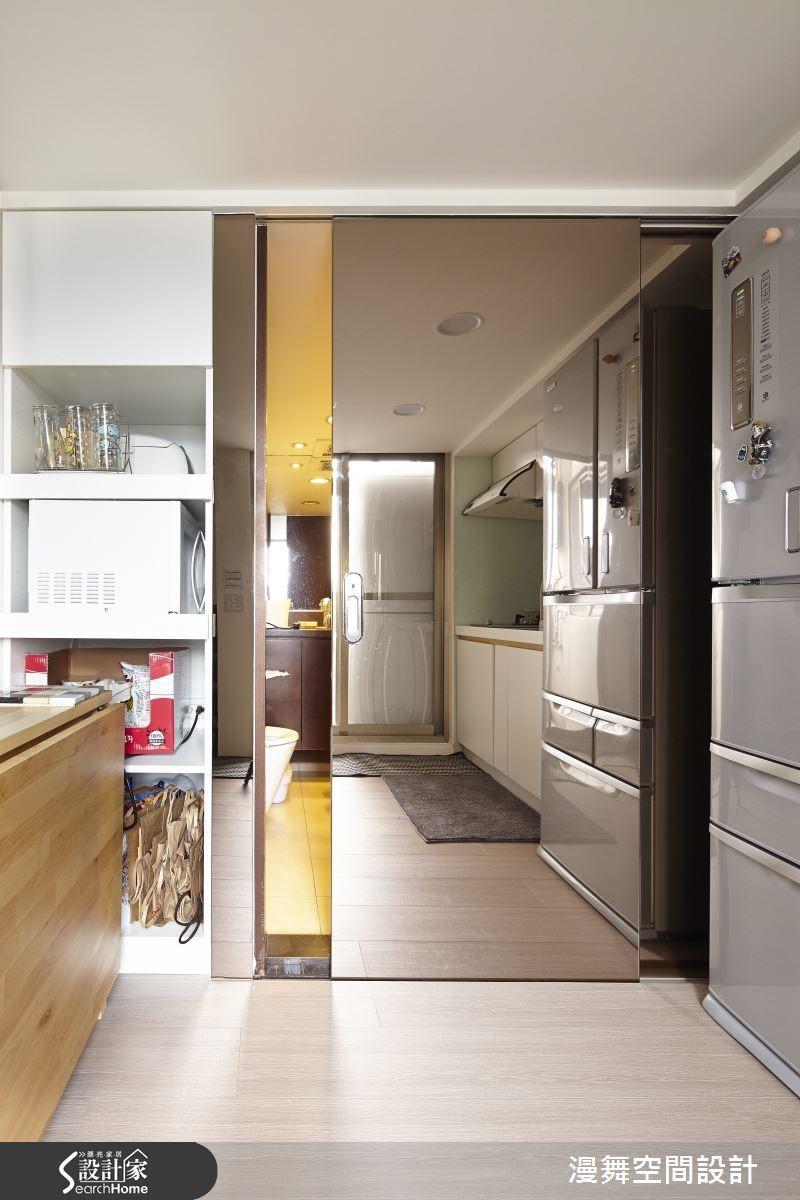 你猜到了嗎?那就是超完美的隱藏門設計!隱身在鏡牆之後的是浴廁空間,而藉由鏡面的修飾巧思,不但讓廚房變得放大開闊,還能將浴廁巧妙隱藏於無形之中,這招一定要學起來的啊!
