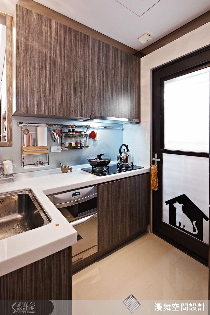 林育如自己的廚房,就把烘碗機設計在下層,不但自己用起來更方便順手,也能讓孩子安全無虞的參與收納工作,使廚房成為親子互動教育的小小教室呢!