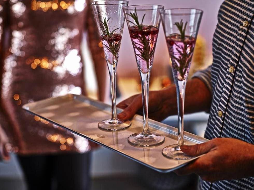香檳杯上映著若隱若現的雪花圖紋,令人聯想寒冬雪白的片片雪花,讓聖誕聚餐充滿趣味。
