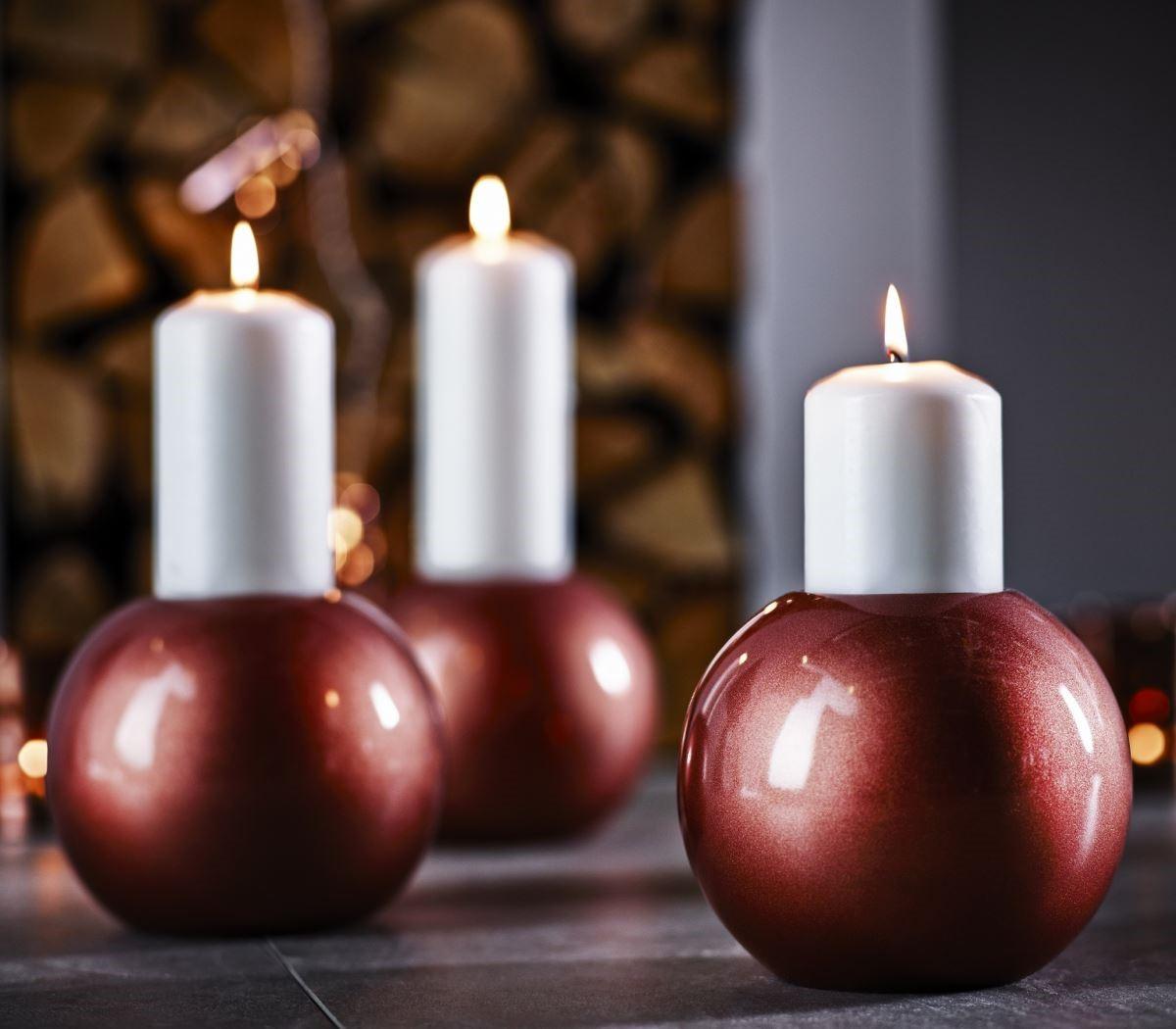 雪球狀的燭台充滿特色,點上香氛蠟燭,讓溫暖燭光點亮與親朋好友相聚的歡樂時光。