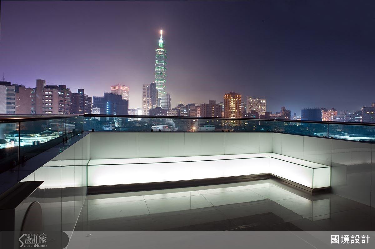 位於露台的白膜強化玻璃透光椅,營造有如 Lounge 情境,夜晚遠眺 101 ,有如置身精品時尚旅店。
