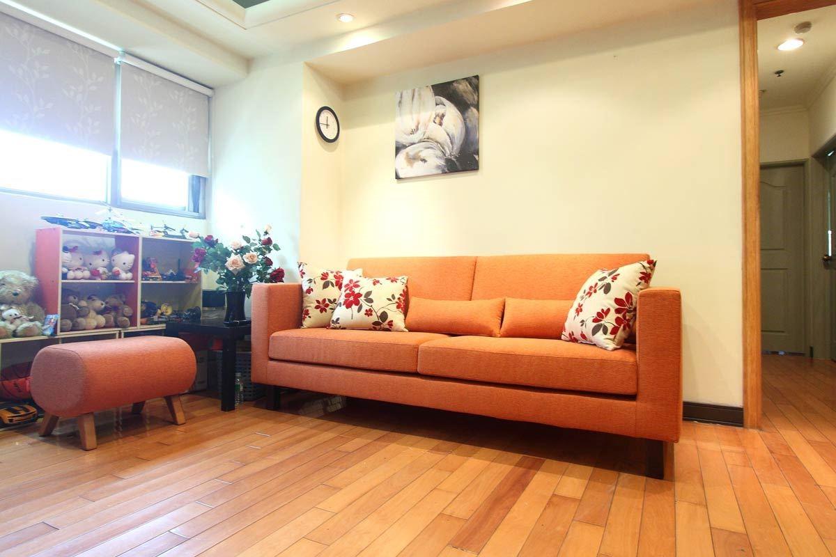 由於是自家工廠生產製作,沙發的尺寸、面料材質及坐墊軟硬度均可客製化,並且有多樣配件可供搭配選擇。