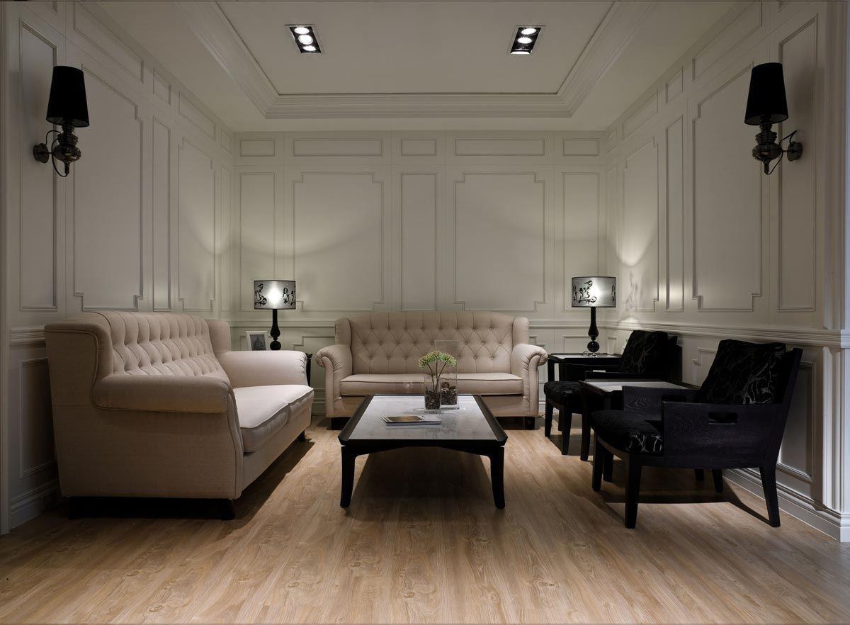白色的線板、亮淺色的木紋地板與乳粉色的沙發,營造優雅、沉靜的新古典風格。