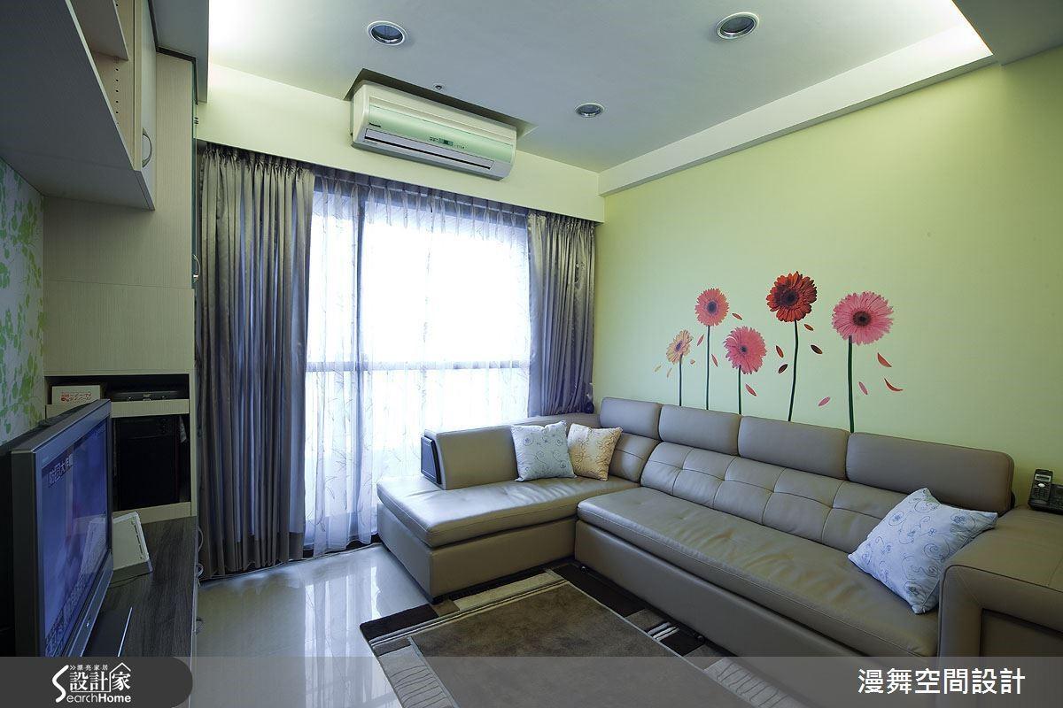 幫居家空間來個「健康檢查」,是進行「輕裝修」的第一步。建議可以從傢具開始一一檢視,例如想要保留沙發的話,不妨搭配沙發的顏色來考慮牆面新色或者是壁貼設計,就會讓空間呈現截然不同的感覺!