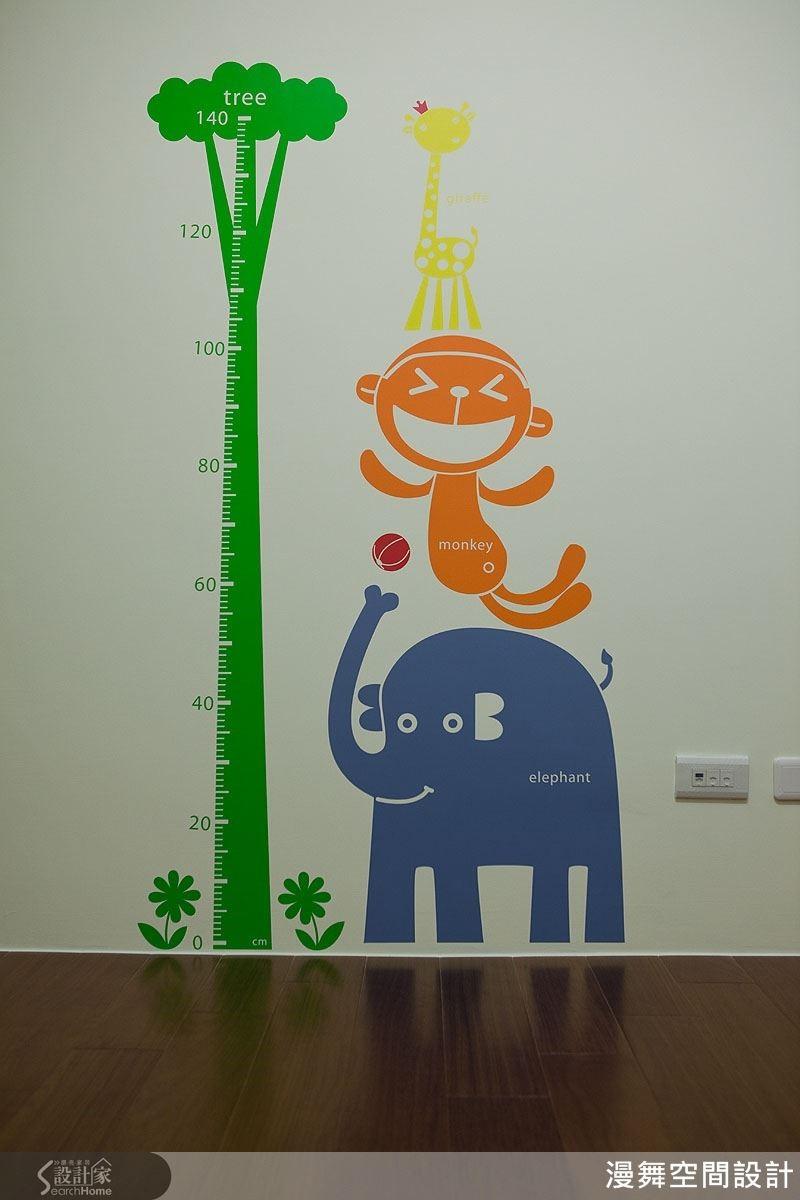 例如這組身高量尺壁貼融合了「樹木長高」的詩意想像,搭配活潑的色調與動物造型,在孩子的成長空間裡就是獨一無二的記憶量尺!