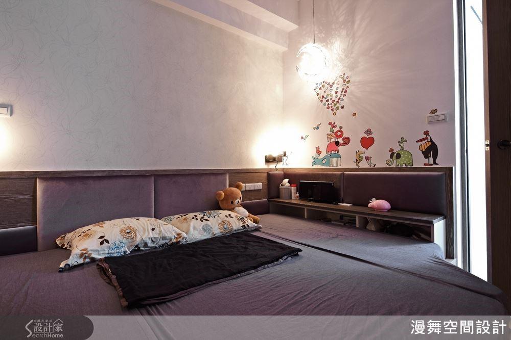 一盞如彎彎新月般的裝飾吊燈,讓空間富有童話故事的魔幻想像。