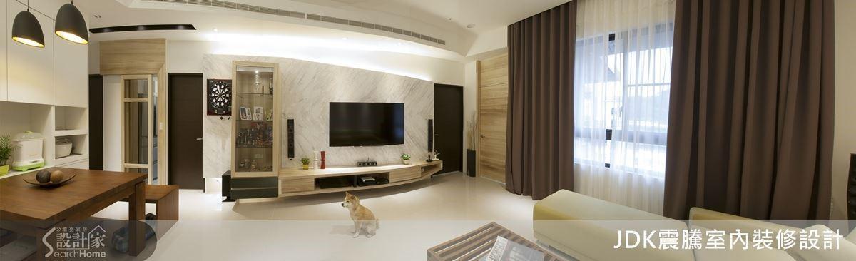 客廳是一家人平時情感凝聚的幸福空間,因此屋主希望擁有寬敞的客廳足以納入一家人外還保有舒適感。