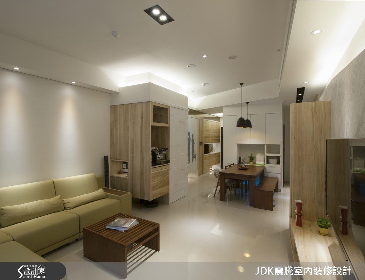 設計師不僅利用天花板的線條營造出空間放大感,同時嵌入間接光源,表現輕盈的氛圍;鑿面銀狐的電視牆面則切割不規則的形狀,勾勒出活潑的線條趣味。