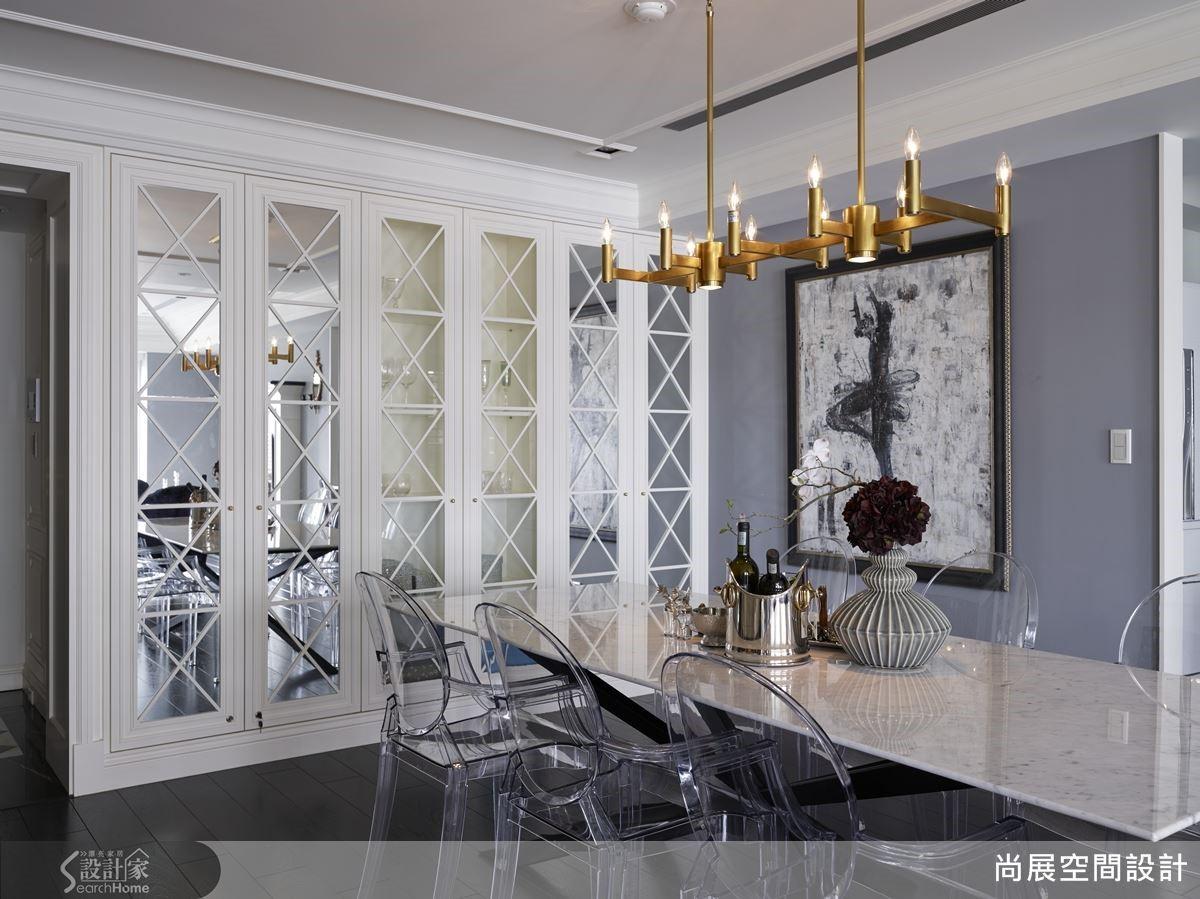 將具穿透性的餐桌椅與新古典家具區隔場域空間,妝點華麗的質感效果,並讓水晶吊燈凝聚空間情感,如此不制式化的設計手法,是烘托出空間氛圍的重要元素。